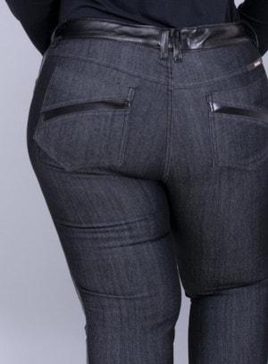 Calça em Jeans com Elastano Reta com Detalhes em PU