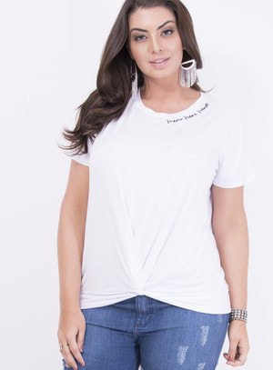 T-shirt em Malha com Barra Torcida e Frase Bordada: